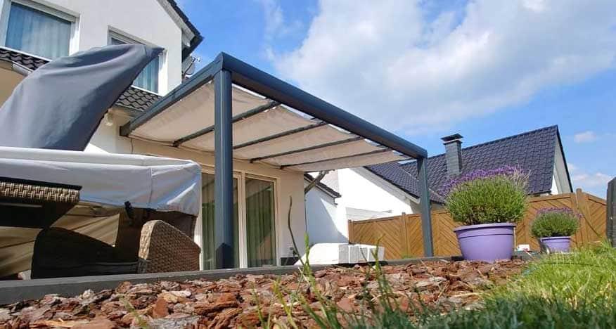 Terrassenüberdachung mit Sonnensegel
